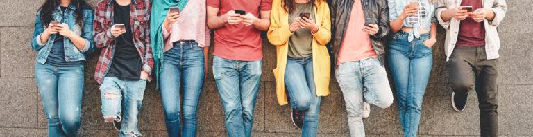 Menschen mit Handy - © AdobeStock 267489851